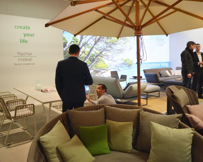 Wing Relaxsessel, Daybed, Woodline Schirm, Atlantic Beistelltisch, Flora Lounge